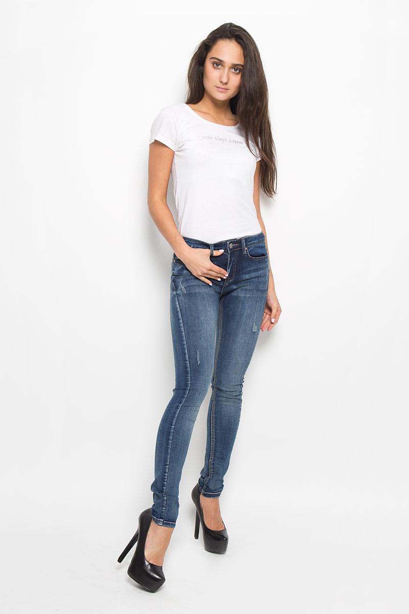 ДжинсыPJ-135/578-6352Стильные женские джинсы Sela Denim подчеркнут ваш уникальный стиль и помогут создать оригинальный женственный образ. Модель выполнена из высококачественного эластичного хлопка с добавлением полиэстера. Материал мягкий и приятный на ощупь, не сковывает движения и позволяет коже дышать. Джинсы-скинни со стандартной посадкой застегиваются на пуговицу в поясе и ширинку на застежке-молнии. На поясе предусмотрены шлевки для ремня. Спереди модель оформлена двумя втачными карманами и одним маленьким накладным кармашком, а сзади - двумя накладными карманами. Модель оформлена эффектом потертости и перманентными складками. Эти модные и в тоже время комфортные джинсы послужат отличным дополнением к вашему гардеробу.