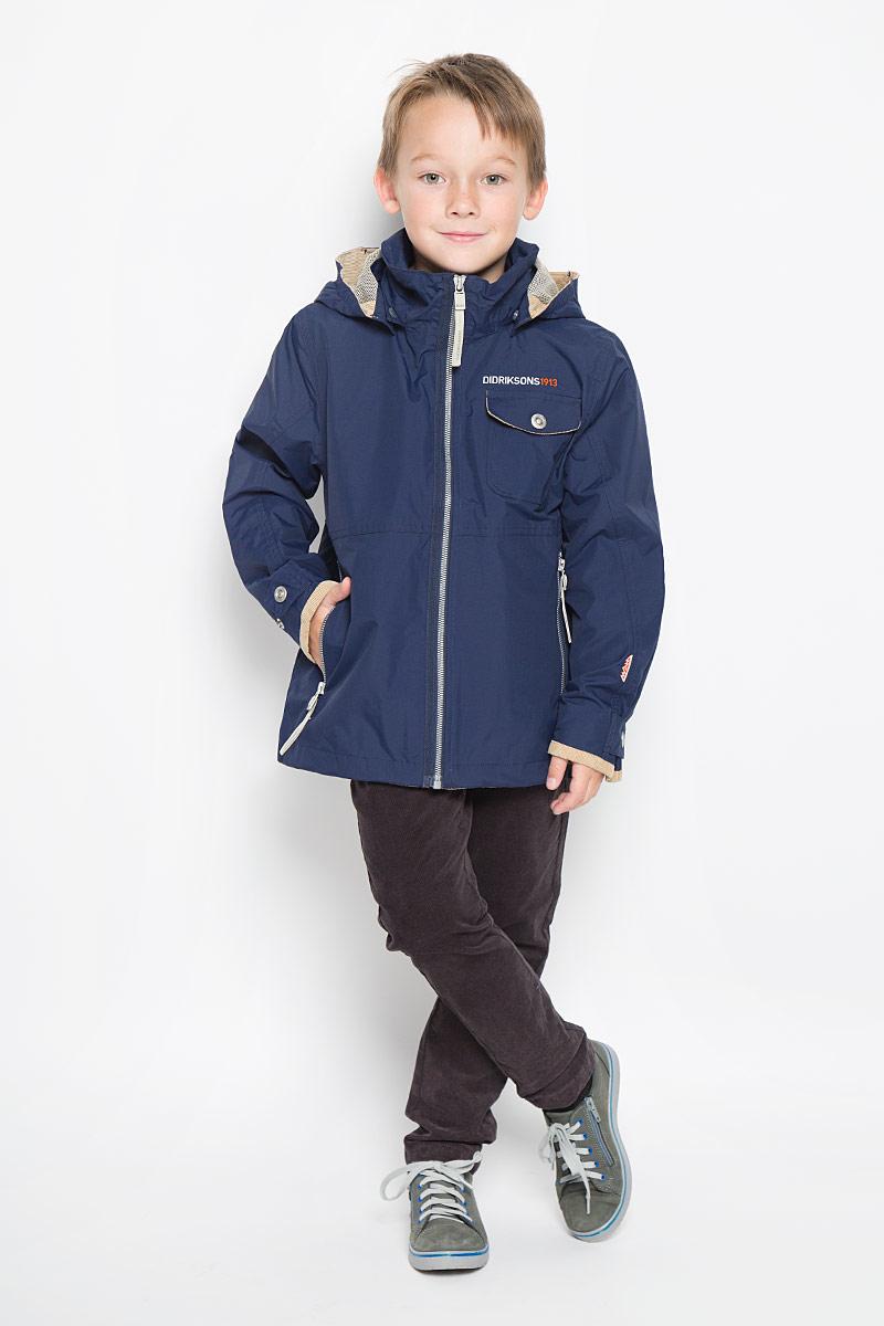 Куртка500388_227Куртка для мальчика Didriksons1913 Luis Bs Jkt, изготовленная из полиамида, станет стильным дополнением к детскому гардеробу. Подкладка изделия выполнена из полиэстера. Модель со съемным капюшоном, воротником-стойкой и длинными рукавами застегивается на пластиковую застежку-молнию и дополнительно имеет внутреннюю ветрозащитную планку. Капюшон пристегивается к изделию за счет кнопок и его объем регулируется с помощью хлястика на липучке. Низ изделия дополнен шнурком-кулиской. Объем по низу рукава регулируется за счет хлястика на кнопке. Спереди расположено два прорезных кармана на застежке-молнии и накладной карман с клапаном на кнопке. С внутренней стороны модель дополнена двумя накладными карманами, один из которых застегивается на кнопку. Изделие спереди и сзади оформлено вышитым логотипом бренда. Красивый цвет, модный силуэт обеспечивают куртке прекрасный внешний вид! Такая удобная и практичная куртка идеально подойдет для прогулок на свежем воздухе!