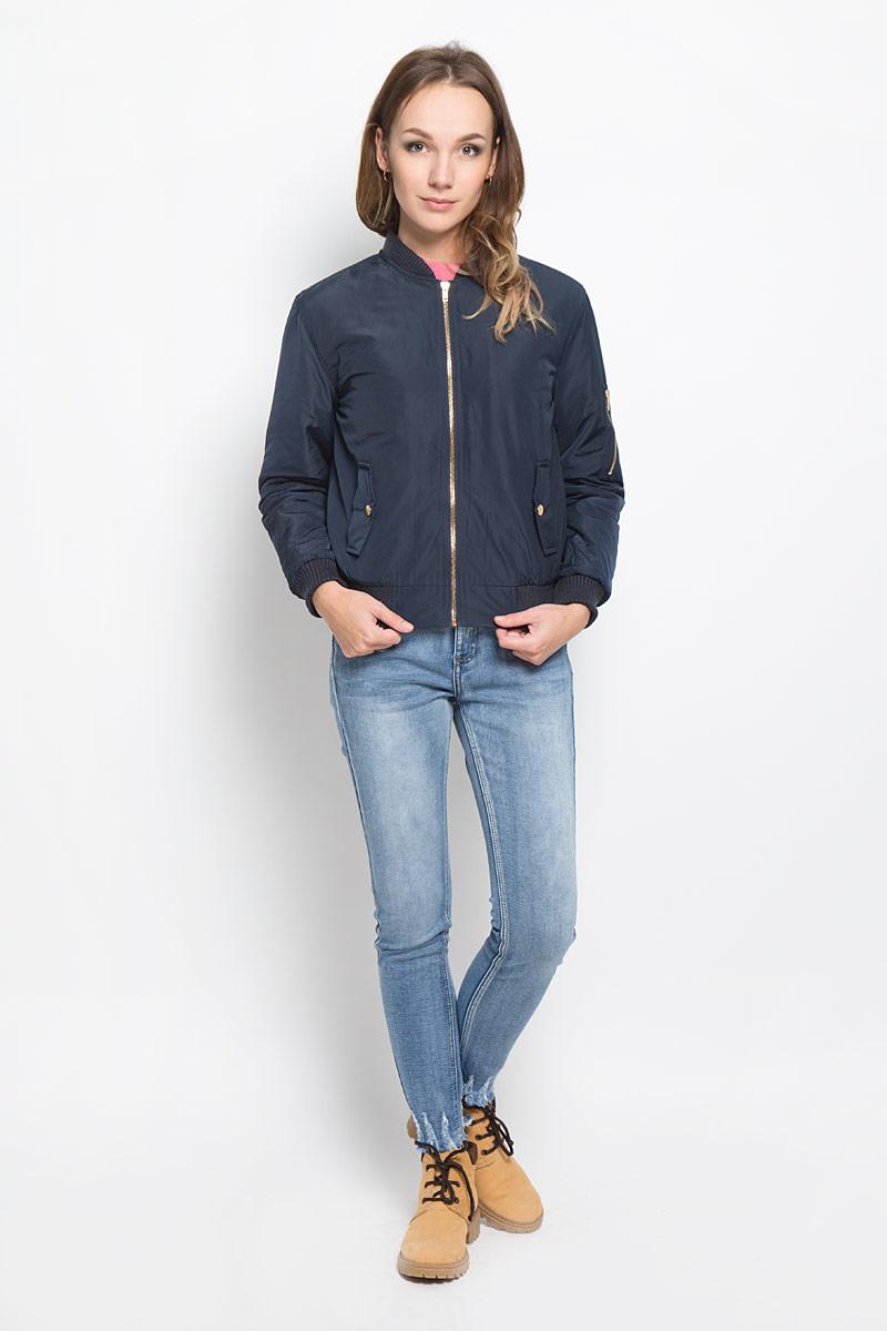 КурткаCK0657_NAVY DUSTY PINKСтильная женская куртка Glamorous отлично подойдет для прохладной погоды. Модель выполненная полиэстера, застегивается на застежку-молнию и имеет внутреннюю ветрозащитную планку. Горловина, рукава и низ куртки дополнены трикотажными манжетами. По бокам изделие дополнено двумя карманами и одним маленьким кармашком на левом рукаве, который застегивается молнию. В такой куртке вы всегда будете чувствовать себя уютно и комфортно.