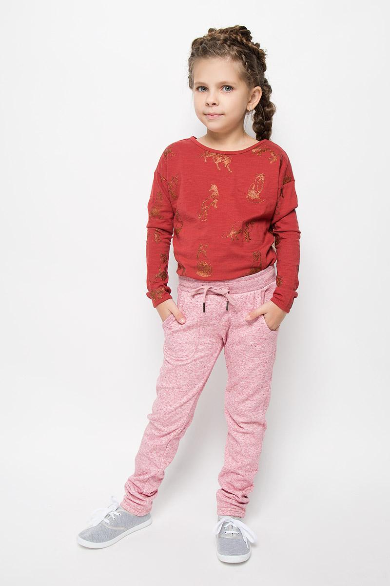 Брюки спортивныеPk-615/1000-6415Утепленные спортивные брюки для девочки Sela идеально подойдут вашей маленькой моднице. Изготовленные из полиэстера и хлопка, они необычайно мягкие и приятные на ощупь, не сковывают движения и хорошо пропускают воздух, обеспечивая комфорт. Изнаночная сторона с мягким плюшевым ворсом. Отделка брюк выполнена из эластичного хлопка. Брюки слегка зауженного кроя дополнены в поясе мягкой трикотажной резинкой с затягивающимся шнурком. Спереди расположены два втачнах кармашка. В таких брючках вашей принцессе будет тепло, уютно и комфортно!