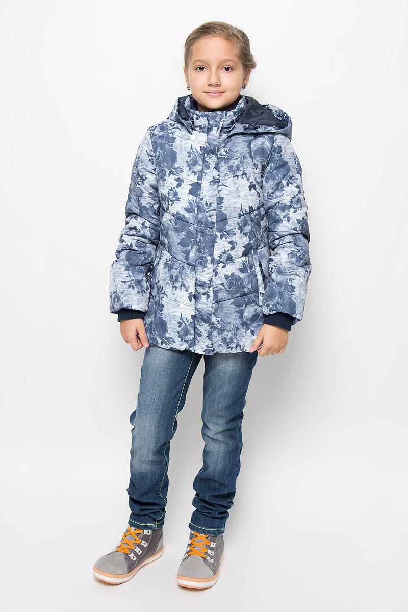Куртка364150Удлиненная куртка для девочки Scool, изготовленная из полиэстера, станет ярким и стильным дополнением к детскому гардеробу. Материал приятный на ощупь, позволяет коже дышать, легко стирается, быстро сушится. Подкладка выполнена из полиэстера с флисовыми вставками. В качестве утеплителя используется синтепон (300 г/м2). Модель с капюшоном и длинными рукавами застегивается на пластиковую застежку-молнию и дополнительно имеет внешнюю ветрозащитную планку на кнопках. Капюшон пристегивается кнопками и регулируется с помощью эластичной резинки со стопперами. По бокам расположены два прорезных кармана на молниях. Рукава дополнены трикотажными манжетами. Внутри есть специальная ветрозащитная юбочка, застегнув которую вы надежно защитите ребенка от снега. Красивый принт, модный силуэт, обеспечивают куртки прекрасный внешний вид! Теплая, удобная и практичная куртка идеально подойдет юной моднице для прогулок!