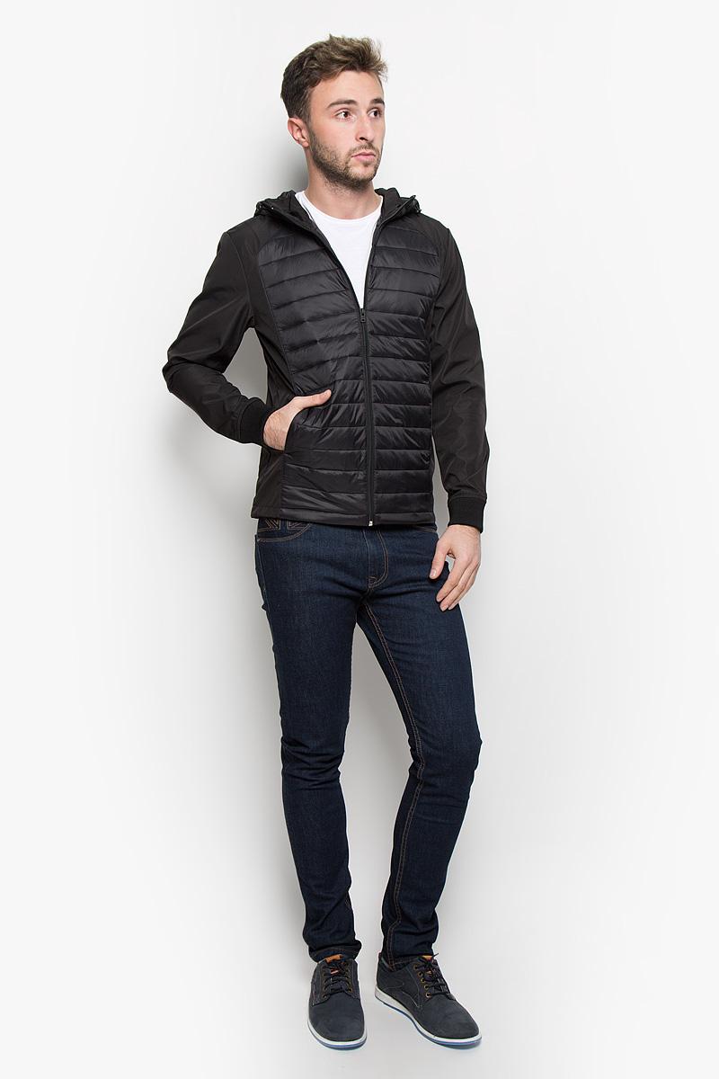 Куртка12109178_BlackСтильная мужская куртка Jack & Jones, выполненная из высококачественного материала, рассчитана на прохладную погоду. Модель с утеплителем из полиэстера подарит вам максимальный комфорт. Куртка с несъемным капюшоном, который регулируется по объему за счет кулиски со стопперами, застегивается на застежку-молнию. Манжеты дополнены трикотажными резинками. Куртка снабжена двумя прорезными карманами на кнопках. С внутренней стороны расположен ы два накладных кармана. Низ изделия дополнен кулиской. Модная фактура ткани, отличное качество, великолепный дизайн.