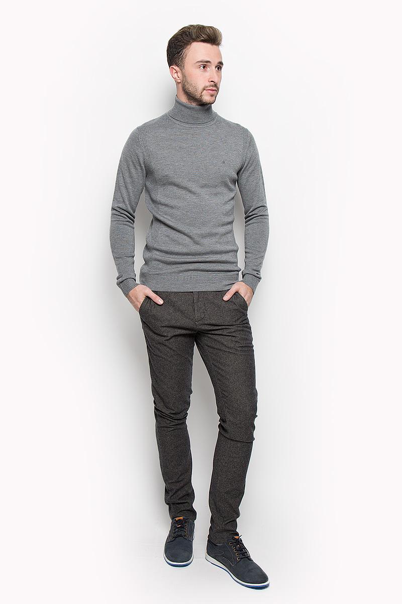 ВодолазкаJ30J300607Мужская водолазка Calvin Klein Jeans выполнена из очень мягкого и тактильно приятного материала. Изделие не стесняет движений, хорошо пропускает воздух. Водолазка с воротником-гольф и длинными рукавами украшена нашивкой из искусственной кожи и вышитым логотипом бренда. Воротник и манжеты модели связаны резинкой. Водолазка станет отличным дополнением к вашему образу, она подарит вам уют и комфорт в течение всего дня!