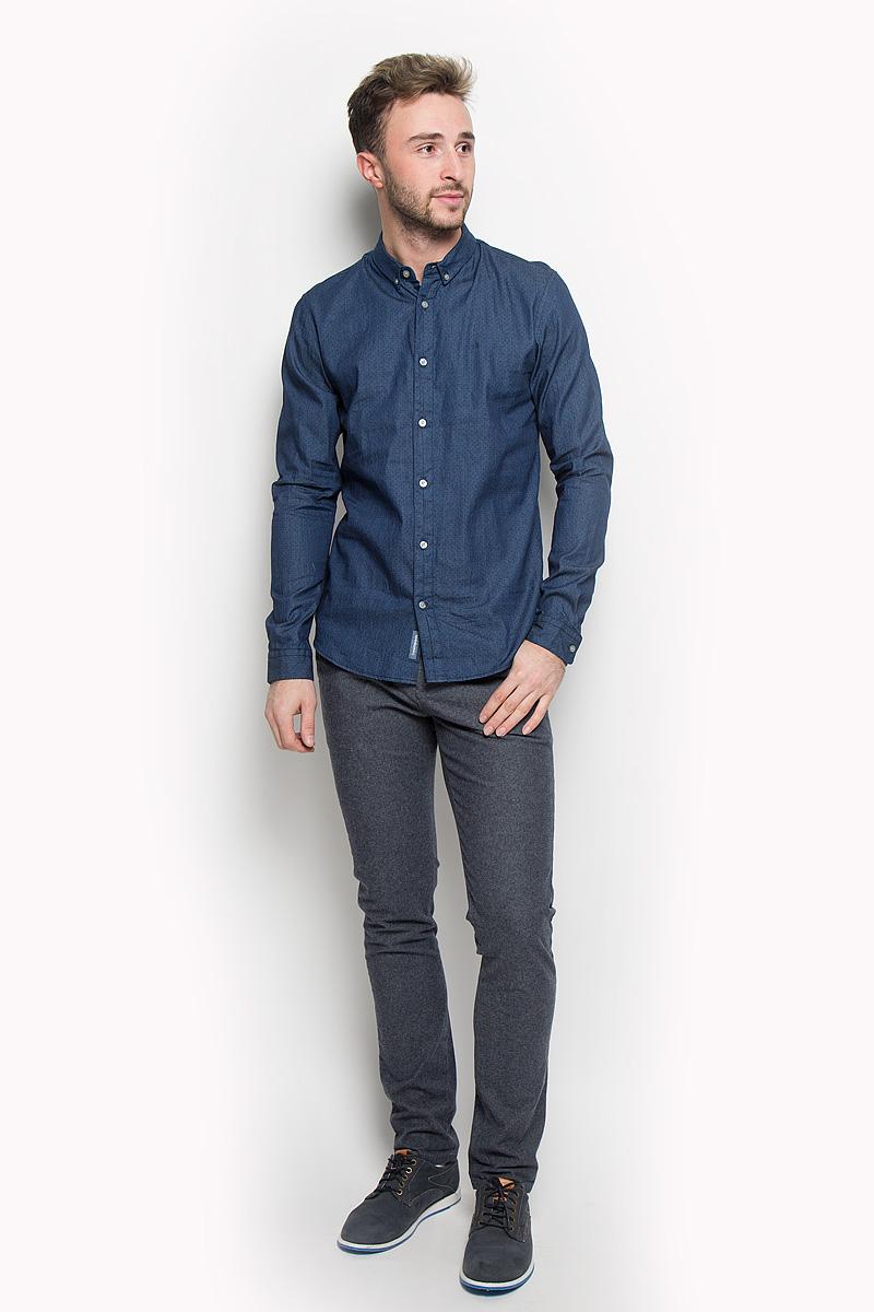РубашкаJ30J301011Стильная мужская рубашка Calvin Klein Jeans, выполненная из натурального хлопка, подчеркнет ваш уникальный стиль и поможет создать оригинальный образ. Такой материал великолепно пропускает воздух, обеспечивая необходимую вентиляцию, а также обладает высокой гигроскопичностью. Рубашка с длинными рукавами и отложным воротником застегивается на пуговицы спереди. Манжеты рукавов также застегиваются на пуговицы. Классическая рубашка - превосходный вариант для базового мужского гардероба и отличное решение на каждый день. Такая рубашка будет дарить вам комфорт в течение всего дня и послужит замечательным дополнением к вашему гардеробу.