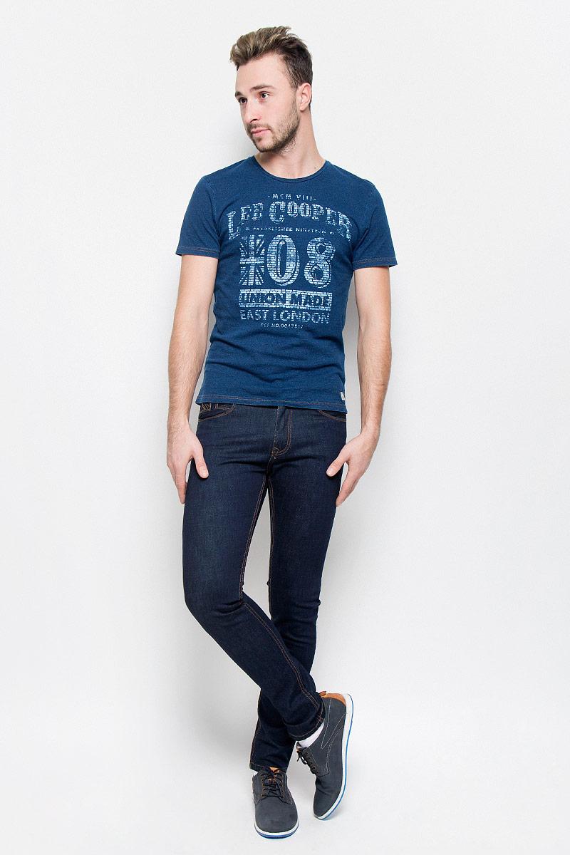 Джинсы мужские Lee Cooper, цвет: темно-синий. FRANK. Размер 29-34 (44-34)FRANK/INKYСтильные мужские джинсы Lee Cooper высочайшего качества выполнены из плотного хлопкового материала с небольшим добавлением лайкры. Модель зауженного кроя и средней посадки станет отличным дополнением к вашему современному образу. Джинсы застегиваются на металлическую пуговицу в поясе и ширинку на застежке-молнии, также имеются шлевки для ремня. Джинсы декорированы контрастной прострочкой. Спереди модель оформлена двумя втачными карманами, а сзади - двумя накладными карманами.Эти модные и в то же время комфортные джинсы послужат отличным дополнением к вашему гардеробу. В них вы всегда будете чувствовать себя уютно и комфортно.