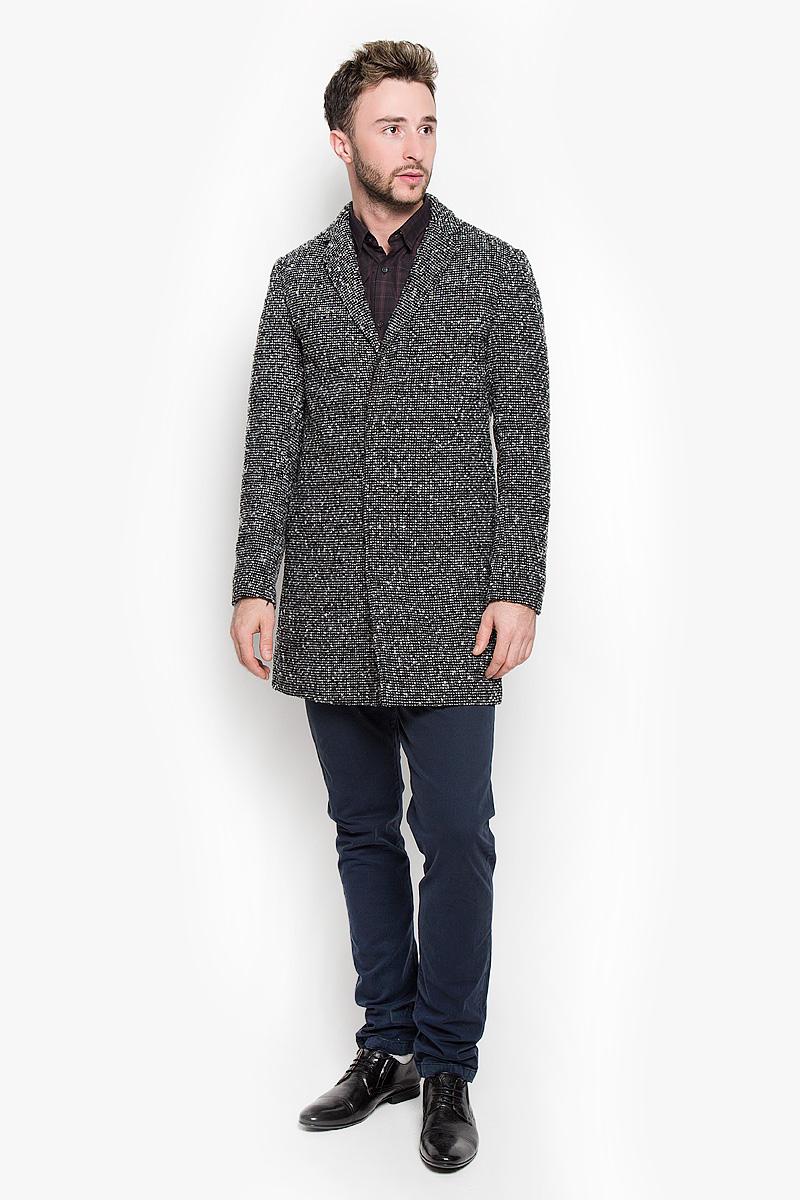 Пальто мужское Selected Homme, цвет: черный. 16053638. Размер M (46)16053638_BlackСтильное мужское пальто Selected Homme, выполненное из полиэстера с добавлением шерсти, согреет вас в прохладную погоду. Модель с лацканами и длинными рукавами и застегивается на три пуговицы. Спереди имеются два втачных кармана. С внутренней стороны расположен втачной карман на пуговице.В этом пальто вам будет уютно и комфортно.