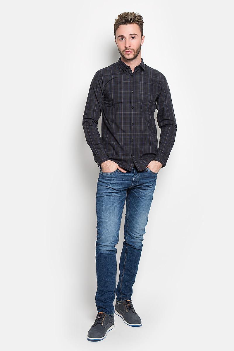 Рубашка мужская Jack & Jones, цвет: темно-синий. 12108807. Размер L (48)12108807_ScarabСтильная мужская рубашка Jack & Jones, выполненная из натурального хлопка, подчеркнет ваш уникальный стиль и поможет создать оригинальный образ. Такой материал великолепно пропускает воздух, а также обладает высокой гигроскопичностью. Рубашка slim fit с длинными рукавами и отложным воротником застегивается на пуговицы спереди. Манжеты рукавов также застегиваются на пуговицы. Рубашка оформлена принтом в клетку. Классическая рубашка - превосходный вариант для базового мужского гардероба и отличное решение на каждый день.Такая рубашка будет дарить вам комфорт в течение всего дня и послужит замечательным дополнением к вашему гардеробу.