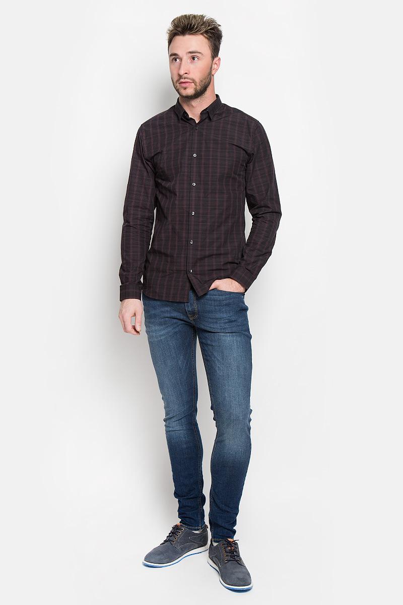 Джинсы12110056_Blue DenimМодные мужские джинсы Jack & Jones - это джинсы высочайшего качества, которые прекрасно сидят. Они выполнены из высококачественного эластичного хлопка с добавлением полиэстера, что обеспечивает комфорт и удобство при носке. Джинсы скинни стандартной посадки станут отличным дополнением к вашему современному образу. Джинсы застегиваются на пуговицу в поясе и ширинку на застежке-молнии, дополнены шлевками для ремня. Джинсы имеют классический пятикарманный крой: спереди модель дополнена двумя втачными карманами и одним маленьким накладным кармашком, а сзади - двумя накладными карманами. Модель оформлена перманентными складками и эффектом потертости. Эти модные и в то же время комфортные джинсы послужат отличным дополнением к вашему гардеробу.