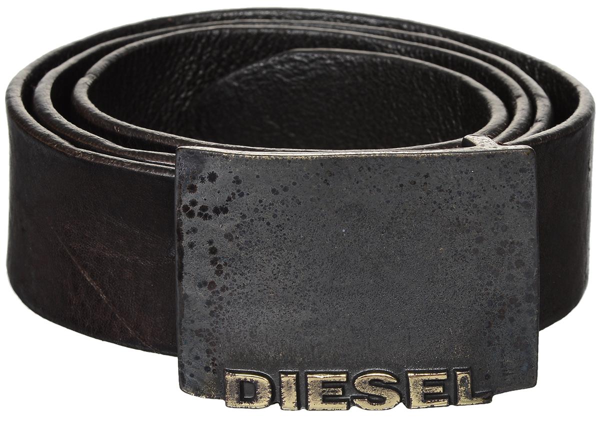 РеменьX04184-PR080/T2180Стильный мужской ремень Diesel станет идеальным дополнением к вашему образу. Ремень изготовлен из натуральной коровьей кожи и выполнен в оригинальном дизайне. Изделие оснащено металлической пряжкой с гравированной надписью с названием бренда, которая легко и быстро зафиксирует ремень и отрегулирует его длину. Такой ремень займет достойное место в вашем гардеробе.
