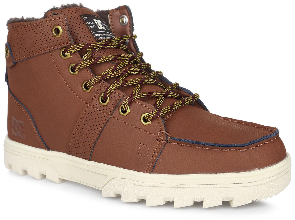 Ботинки мужские DC Shoes Woodland, цвет: коричневый. 303241-BHW. Размер 10D (43)303241-BHWБотинки от DC Shoes выполнены из натуральной кожи. Модель оформлена прострочкой и нашивками с перфорацией. Язычок оформлен нашивкой с логотипом бренда. Ярлычок на заднике облегчит надевание модели. На ноге модель фиксируется с помощью шнурков. Внутренняя поверхность и стелька выполнены из искусственной шерсти, которая обеспечит тепло и уют. Подошва изготовлена из высококачественной резины и дополнена протектором, который гарантирует отличное сцепление с любой поверхностью.