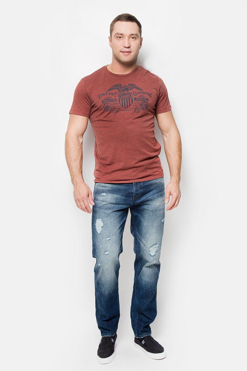 Футболка12110042_Fired BrickСтильная мужская футболка Jack & Jones Vintage, выполненная из хлопка с добавлением полиэстера, обладает высокой теплопроводностью, воздухопроницаемостью и гигроскопичностью. Она необычайно мягкая и приятная на ощупь, не сковывает движения и превосходно пропускает воздух. Такая футболка превосходно подойдет как для занятий спортом, так и для повседневной носки. Модель с короткими рукавами и круглым вырезом горловины - идеальный вариант для создания модного современного образа. Футболка оформлена оригинальным принтом и фирменной нашивкой. Эта модель подарит вам комфорт в течение всего дня и послужит замечательным дополнением к вашему гардеробу.