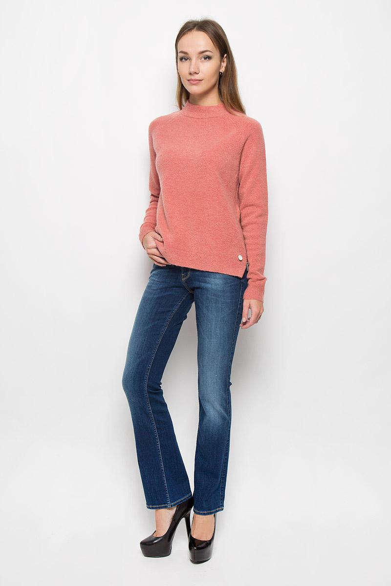 ДжинсыL534HAIMМодные женские джинсы Lee Joliet станут отличным дополнением к вашему гардеробу. Изготовленные из хлопка с добавлением полиэстера и эластана, они приятные на ощупь, не сковывают движения и хорошо пропускают воздух. Джинсы-клеш застегиваются на металлические пуговицы и имеют ширинку на застежке-молнии. На поясе предусмотрены шлевки для ремня. Спереди расположены два втачных кармана и один маленький накладной, а сзади - два накладных кармана. Изделие оформлено потертостями, перманентными складками и контрастной прострочкой. Современный дизайн и расцветка делают эти джинсы стильным предметом женской одежды. Это идеальный вариант для тех, кто хочет заявить о себе и своей индивидуальности!