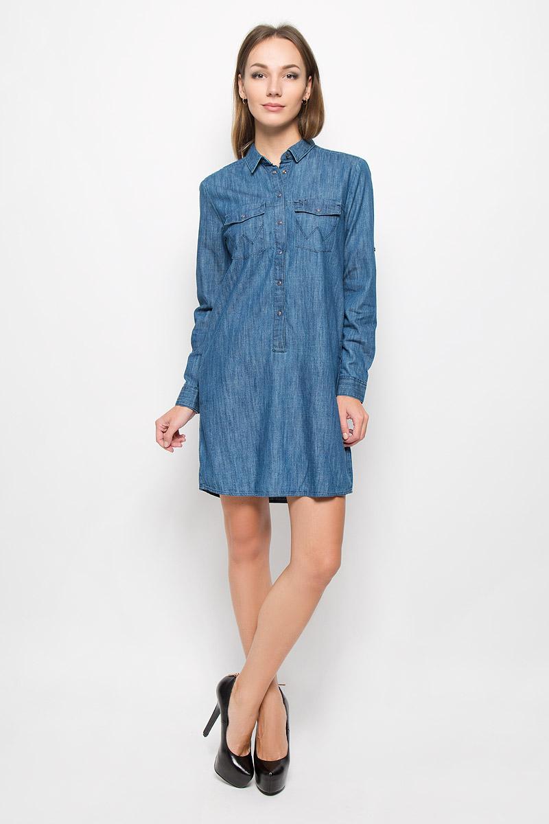 ПлатьеW90537P3EЭлегантное платье Wrangler выполнено из натурального хлопка. Такое платье обеспечит вам комфорт и удобство при носке и непременно вызовет восхищение у окружающих. Модель средней длины с длинными рукавами и отложным воротником выгодно подчеркнет все достоинства вашей фигуры. Платье стилизовано под джинсовую рубашку, застегивается на кнопки на груди, воротник застегивается на пуговицу. Манжеты рукавов также застегиваются на кнопки, рукава дополнены хлястиками на пуговицах, позволяющими зафиксировать рукав в закатанном состоянии. Платье дополнено двумя нагрудными карманами с клапанами на кнопках и двумя втачными карманами. Изысканное платье-миди создаст обворожительный и неповторимый образ. Это модное и комфортное платье станет превосходным дополнением к вашему гардеробу, оно подарит вам удобство и поможет подчеркнуть ваш вкус и неповторимый стиль.