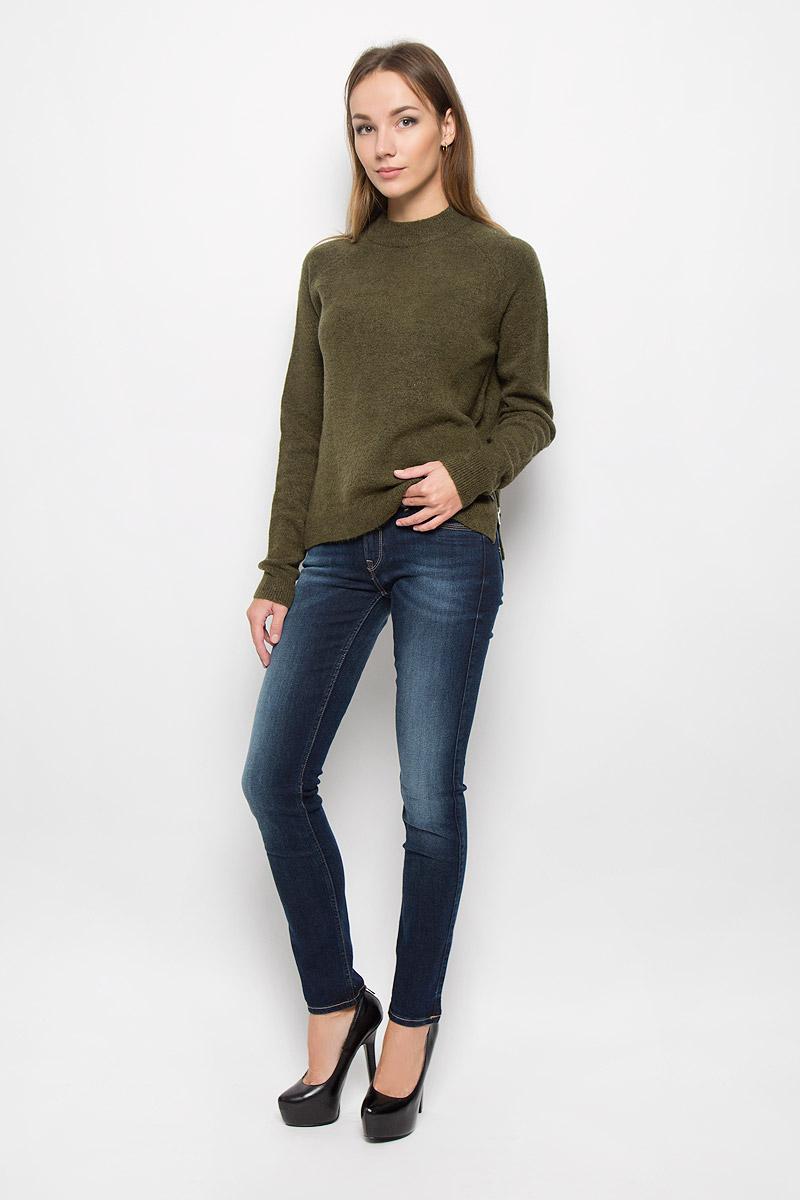 ДжинсыL331GCIUСтильные женские джинсы Lee Jade - это джинсы высочайшего качества, которые прекрасно сидят. Они выполнены из высококачественного эластичного хлопка с добавлением полиэстера, что обеспечивает комфорт и удобство при носке. Модные джинсы-слим стандартной посадки станут отличным дополнением к вашему современному образу. Джинсы застегиваются на пуговицу в поясе и ширинку на застежке-молнии, имеют шлевки для ремня. Джинсы имеют классический пятикарманный крой: спереди модель оформлена двумя втачными карманами и одним маленьким накладным кармашком, а сзади - двумя накладными карманами. Модель оформлена перманентными складками и эффектом потертости. Эти модные и в то же время комфортные джинсы послужат отличным дополнением к вашему гардеробу.