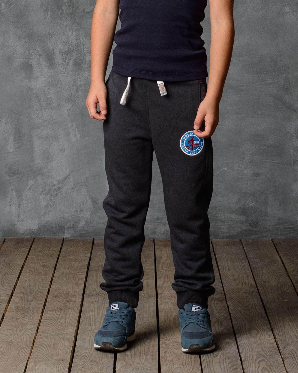 Брюки спортивные15В00010701/MDNY_CLUBСпортивные брюки Modniy Juk изготовлены из высококачественной мягкой ткани. Модель полуприлегающего силуэта заужена к низу. Комфортный мягкий пояс и манжеты из трикотажной резинки. Брюки дополнены боковыми карманами. Яркая вышивка в стиле Modniy Juk.