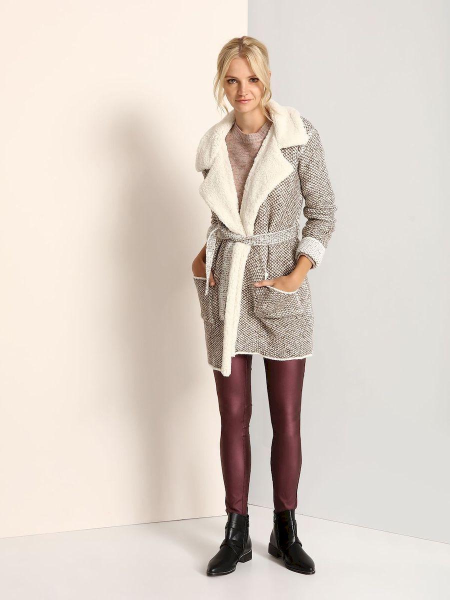 ПальтоSPZ0359BEСтильное женское пальто Top Secret выполнено из акрила с добавлением полиэстера и шерсти. Пальто с длинными рукавами и воротником с лацканами. Модель дополнена поясом, спереди - двумя накладными карманами.