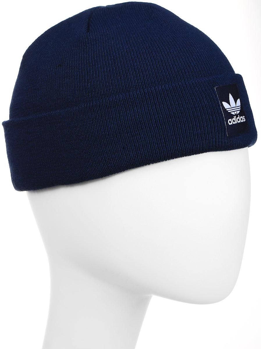 Шапка adidas Rib Logo Beanie, цвет: темно-синий. AY9073. Размер 60/62AY9073Шапка Adidas Rib Logo Beanie - классическая шапка-бини, связанная из мягкой меланжевой пряжи. Три полоски украшают внутреннюю сторону подвернутого манжета. Атласная нашивка с Трилистником на отвороте.