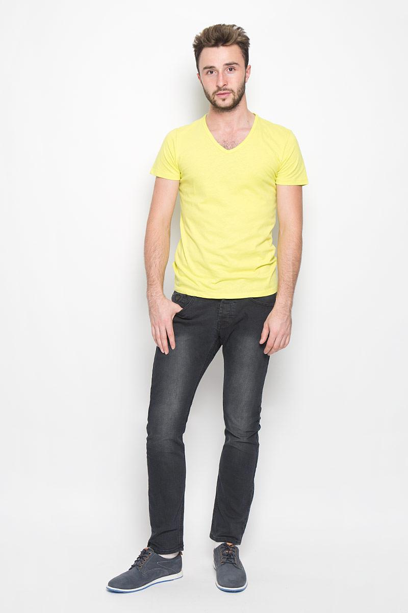 Джинсы20100300_999Стильные мужские джинсы Broadway Jake выполнены из качественного денима. Джинсы прямого кроя дополнены застежкой на пуговицах. На поясе предусмотрены шлевки для ремня. Модель имеет классический пятикарманный крой: спереди - два втачных кармана и один маленький накладной, а сзади - два накладных кармана. Изделие оформлено потертостями, украшено фирменной нашивкой.