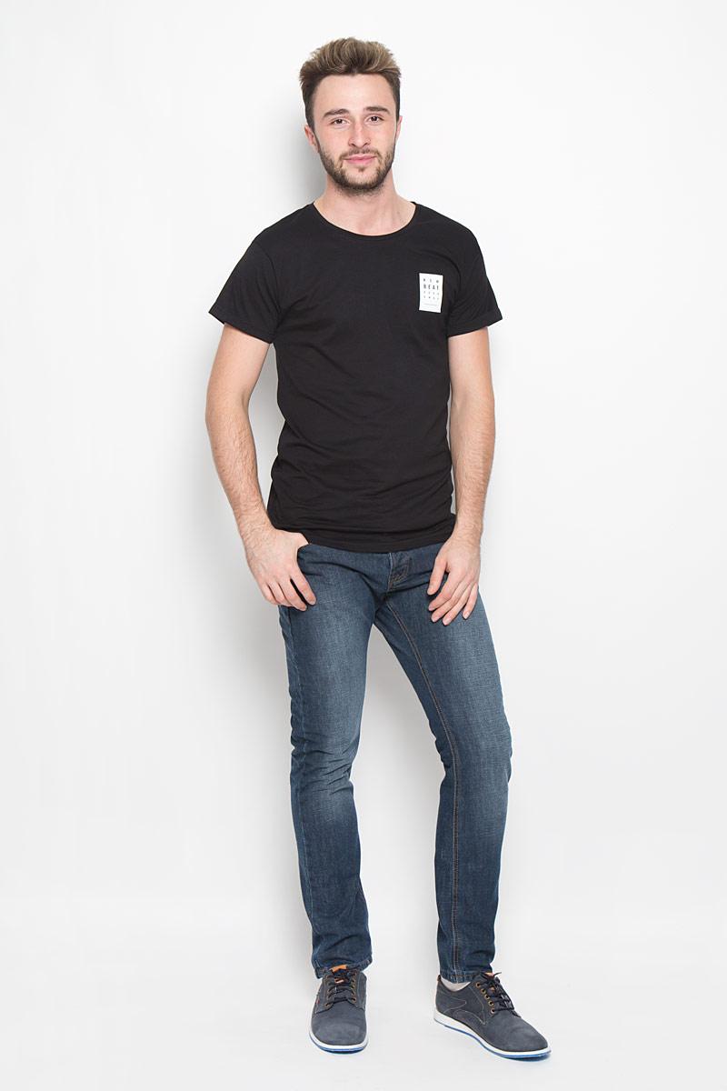 Футболка20100234_99AМужская футболка Broadway Naite изготовлена из натурального хлопка. Модель свободного силуэта с круглым вырезом горловины и короткими рукавами оформлена принтовыми надписями. Рукава дополнены декоративными отворотами. Спинка изделия удлинена.