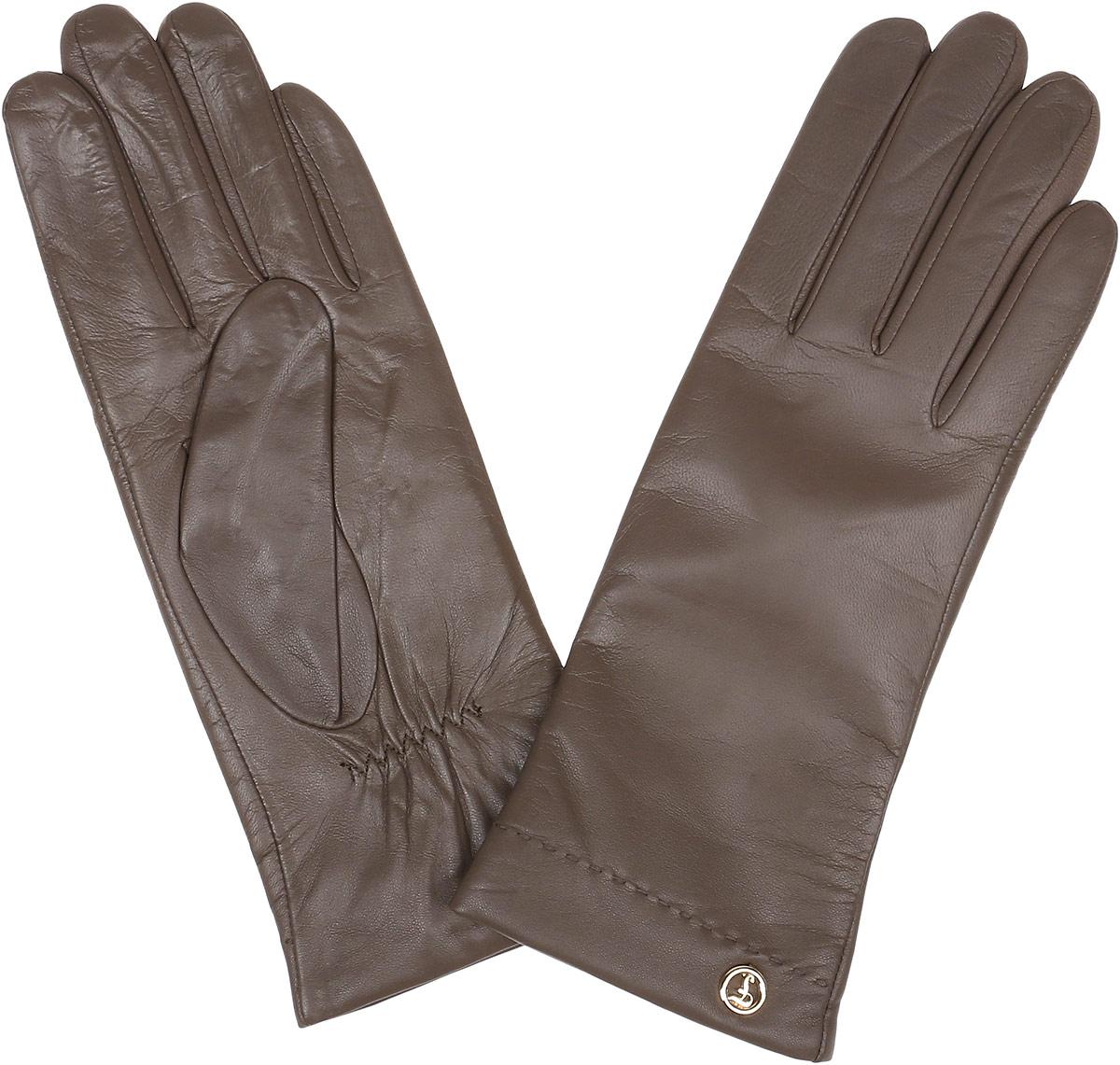 Перчатки12.9-10_taupeЭлегантные женские перчатки Fabretti станут великолепным дополнением вашего образа и защитят ваши руки от холода и ветра во время прогулок. Перчатки выполнены из натуральной кожи ягненка. Модель декорирована стильной металлической пластиной с названием бренда. Такие перчатки будут оригинальным завершающим штрихом в создании современного модного образа, они подчеркнут ваш изысканный вкус и станут незаменимым и практичным аксессуаром.