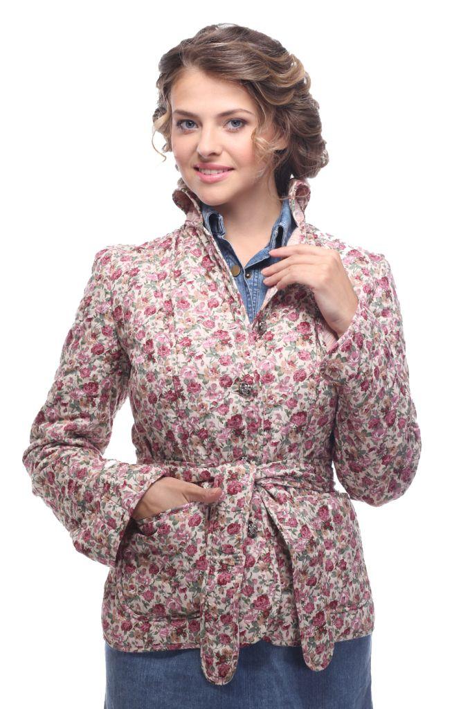 Куртка женская Holty Зипун, цвет: розовый. 020517-0022. Размер S (44)020517-0022Стильная женская куртка Holty Зипун, изготовленная из натурального хлопка, оформлена цветочным принтом. В качестве наполнителя используется полиэстер и хлопок.Куртка с отложным воротником застегивается на пуговицы. Спереди имеются два накладных кармана. Модель дополнена текстильным ремешком.