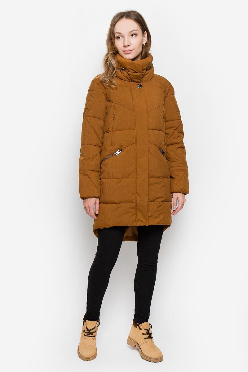 Пальто женское Finn Flare, цвет: коричневый. W16-170030_611. Размер M (46)W16-170030_611Женское пальто Finn Flare выполнено из ветрозащитного и водостойкого материала с утеплителем из полиэстера. Модель с воротником-стойкой и капюшоном застегивается на молнию с двумя ветрозащитными планками. Внешняя планка имеет застежки-кнопки. При необходимости капюшон можно сложить и зафиксировать в воротнике при помощи молнии. Воротник оснащен застежками-кнопками. С внутренней стороны рукава присборены на эластичные резинки. Спинка пальто слегка удлинена. Спереди расположены четыре прорезных кармана на молниях. Изделие украшено фирменной металлической пластиной.