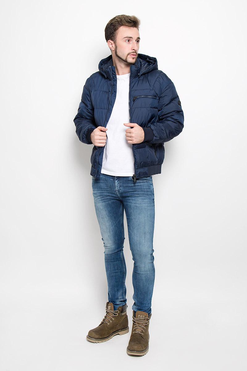 Куртка мужская Finn Flare, цвет: темно-синий. W16-22002_101. Размер M (48)W16-22002_101Мужская куртка Finn Flare, выполненная из полиэстера, придаст образу безупречный стиль. Подкладка изготовлена из гладкого и приятного на ощупь материала. В качестве утеплителя используется высококачественный полиэстер, который отлично сохраняет тепло.Куртка с капюшоном и воротником-стойкой застегивается на застежку-молнию с внутренней ветрозащитной планкой. Капюшон пристегивается к изделию за счет металлических кнопок. Край капюшона дополнен шнурком-кулиской, а на макушке капюшон имеет небольшой хлястик для регулирования размера.Рукава оснащены манжетами с застёжками-кнопками. Спереди модель дополнена тремя прорезными карманами на застежках-молниях. С внутренней стороны куртка дополнена прорезным карманом на молнии, накладным карманом на липучке и втачным карманом на пуговице. Модель оформлена фирменной нашивкой с названием бренда. Этот теплый пуховик послужит отличным дополнением к вашему гардеробу!