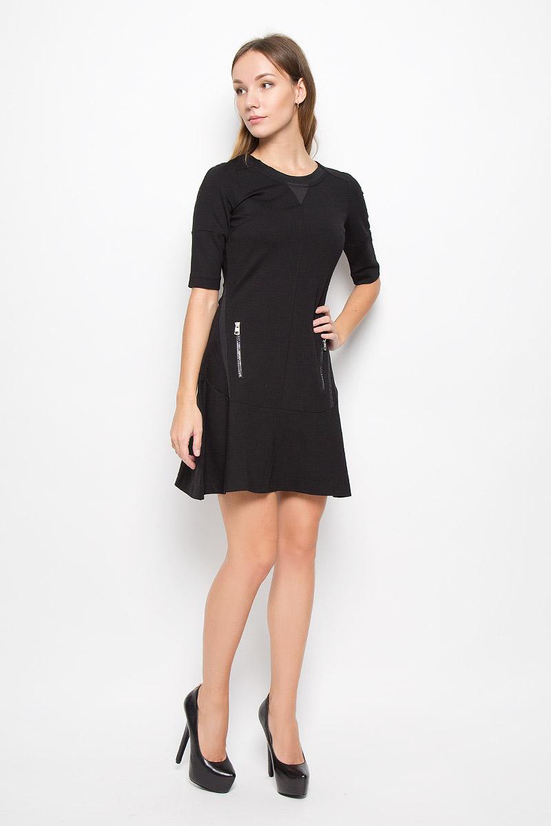 Платье Calvin Klein Jeans, цвет: черный. J20J200408. Размер S (42)525Платье Calvin Klein Jeans выполнено из вискозы, нейлона и эластана. Вставки на платье изготовлены из полиэстера. Модель с круглым вырезом горловины и рукавами 1/2 застегивается по спинке на молнию. Вырез горловины дополнен трикотажными резинками. Спереди расположены два прорезных кармана на застежках-молниях. Изделие украшено логотипом бренда.