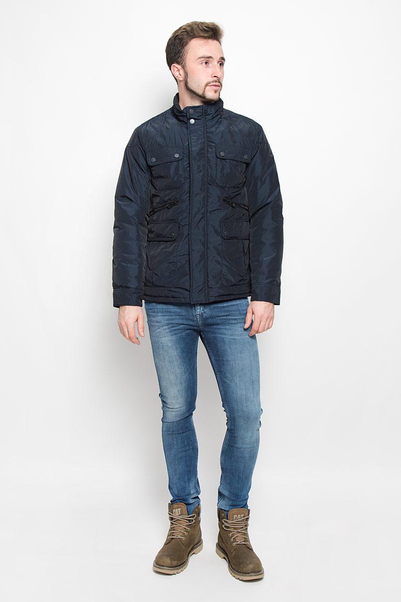 Куртка мужская Baon, цвет: темно-синий. B536521. Размер XXL (54/56)B536521_DEEP NAVYМужская куртка Baon с длинными рукавами и воротником-стойкой выполнена из прочного полиэстера. Наполнитель - синтепон. Куртка застегивается на застежку-молнию спереди и имеет ветрозащитный клапан на кнопках. Манжеты рукавов застегиваются на кнопки. Изделие оснащено четырьмя накладными карманами с клапанами на пуговицах и двумя втачными карманами на застежках-молниях спереди, а также внутренним втачным карманом на застежке-молнии и втачным карманом на пуговице. На спинке расположен короткий пояс на кнопках.