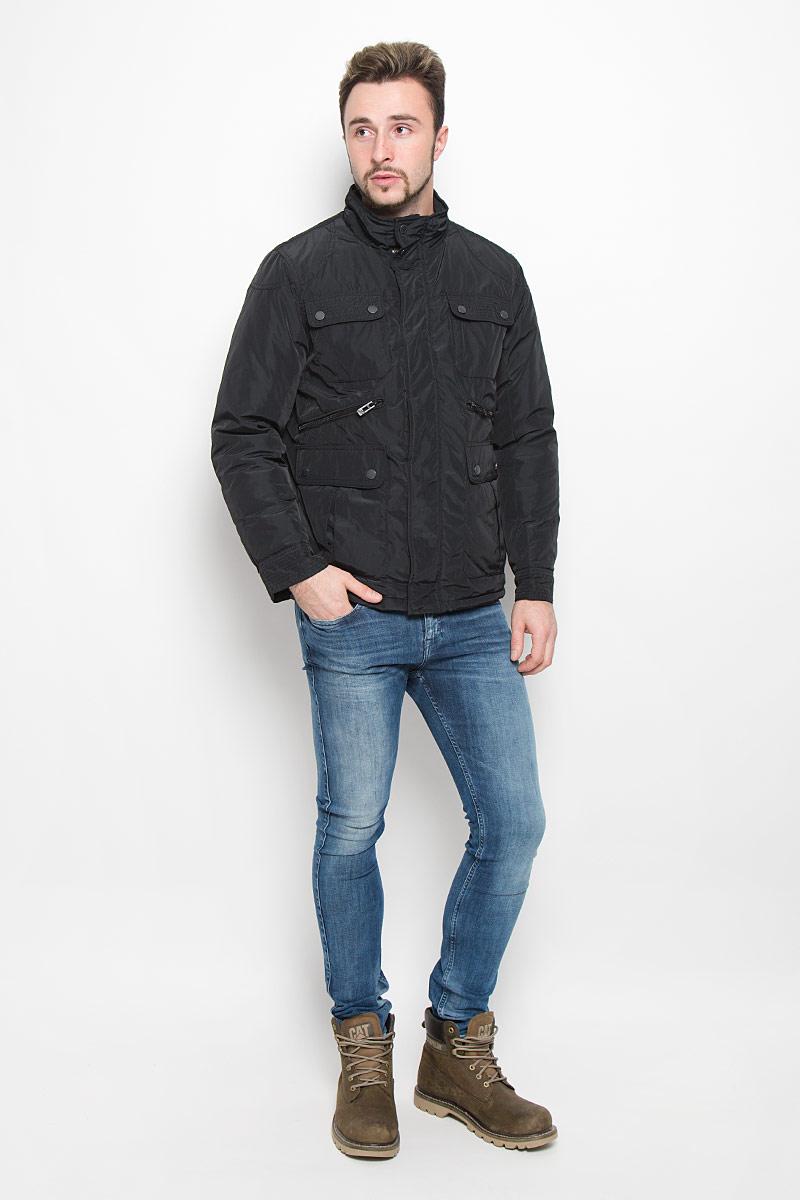 Куртка мужская Baon, цвет: черный. B536521. Размер S (46)B536521_BLACKМужская куртка Baon с длинными рукавами и воротником-стойкой выполнена из прочного полиэстера. Наполнитель - синтепон. Куртка застегивается на застежку-молнию спереди и имеет ветрозащитный клапан на кнопках. Манжеты рукавов застегиваются на кнопки. Изделие оснащено четырьмя накладными карманами с клапанами на пуговицах и двумя втачными карманами на застежках-молниях спереди, а также внутренним втачным карманом на застежке-молнии и втачным карманом на пуговице. На спинке расположен короткий пояс на кнопках.