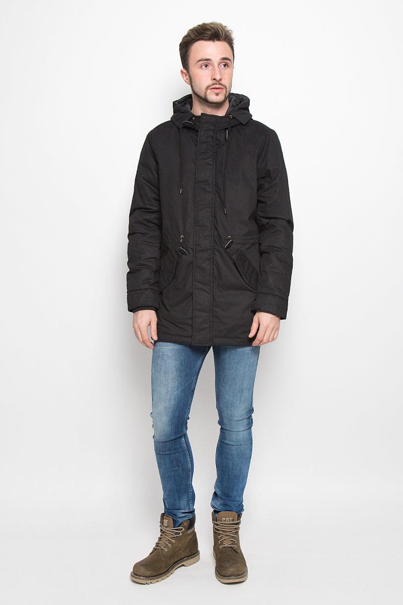 Куртка мужская Baon, цвет: черный. B536539. Размер XL (52)B536539_BLACKМужская куртка Baon с длинными рукавами и несъемным капюшоном выполнена из прочного полиэстера с добавлением хлопка. Наполнитель - синтепон. Куртка застегивается на застежку-молнию спередии имеет ветрозащитный клапан на кнопках. Рукава дополнены внутренними манжетами. Изделие оснащено двумя втачными карманами с клапанами на кнопках спереди, а также внутренним накладным карманом. Объем капюшона регулируется при помощи шнурка-кулиски. На талии модель также дополнена шнурком-кулиской.