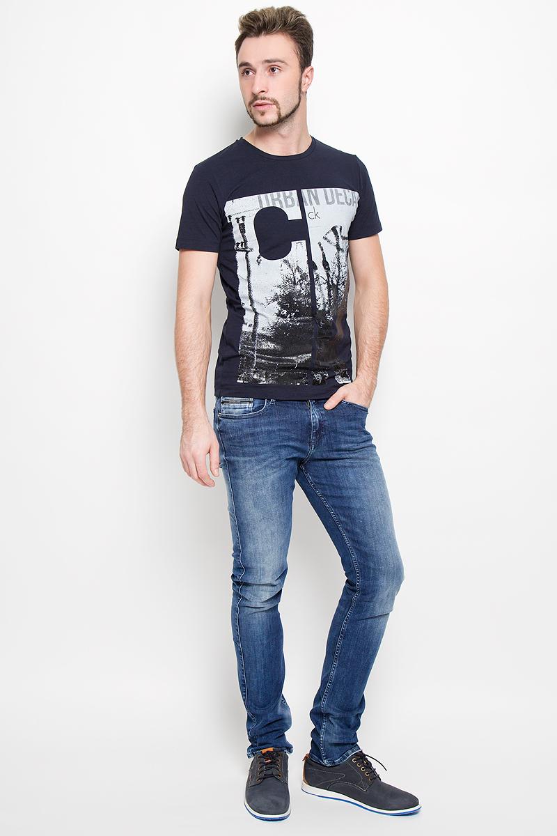 Джинсы№001Модные мужские джинсы Calvin Klein выполнены из высококачественного хлопка с добавлением эластана и полиэстера, что обеспечивает комфорт и удобство при носке. Джинсы модели-слим имеют стандартную посадку и станут отличным дополнением к вашему современному образу. Модель застегивается на пуговицу в поясе и ширинку на застежке-молнии, дополнены шлевками для ремня. Джинсы имеют классический пятикарманный крой: спереди модель дополнена двумя втачными карманами и одним маленьким накладным кармашком, а сзади - двумя накладными карманами. Модель оформлена перманентными складками и эффектом потертости.