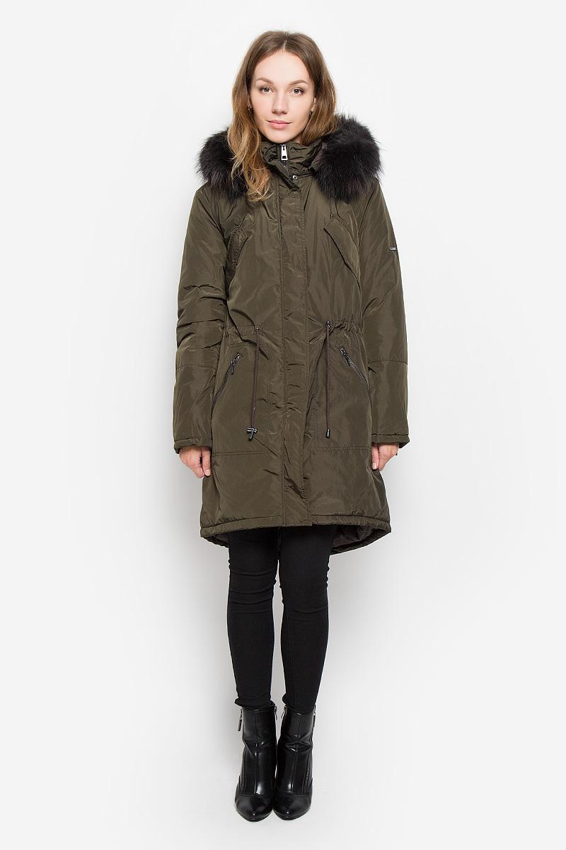 ПаркаB036533_DARK NAVYЖенское пальто Baon с длинными рукавами, воротником-стойкой и съемным капюшоном на молнии выполнена из прочного полиэстера. Наполнитель - натуральный пух. Капюшон украшен съемным натуральным мехом на пуговицах. Пальто застегивается на застежку-молнию спереди и имеет ветрозащитный клапан на кнопках. Изделие дополнено двумя втачными карманами на молниях спереди и двумя втачными нагрудными карманами с клапанами на кнопках, манжеты рукавов оснащены застежками-молниями. Объем талии регулируется при помощи шнурка-кулиски со стопперами.