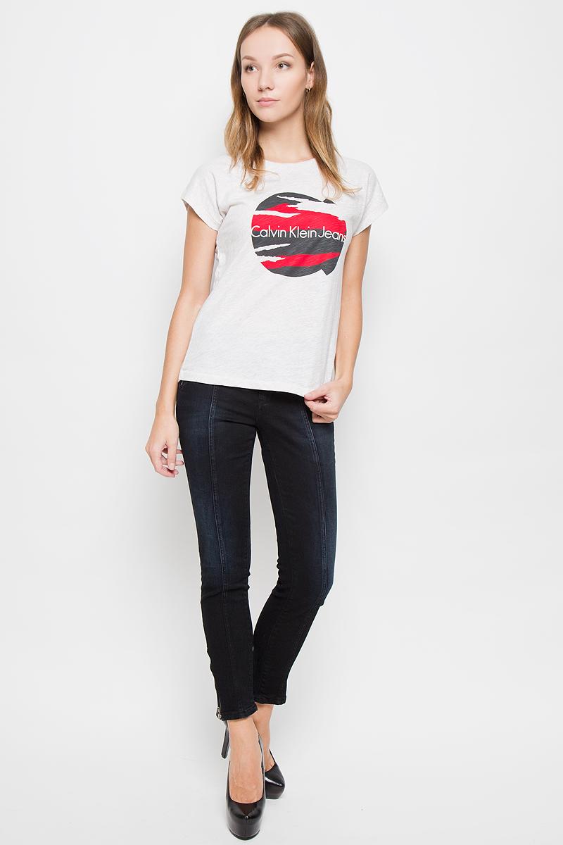 ДжинсыTPZ0112SZЖенские джинсы Calvin Klein Jeans выполнены из эластичного хлопка. Укороченная модель-скинни застегивается спереди на пуговицу и ширинку на молнии. Предусмотрены шлевки для ремня. На брючинах снизу имеются застежки-молнии. Изделие дополнено декоративными карманами. Джинсы оформлены легким эффектом потертости.
