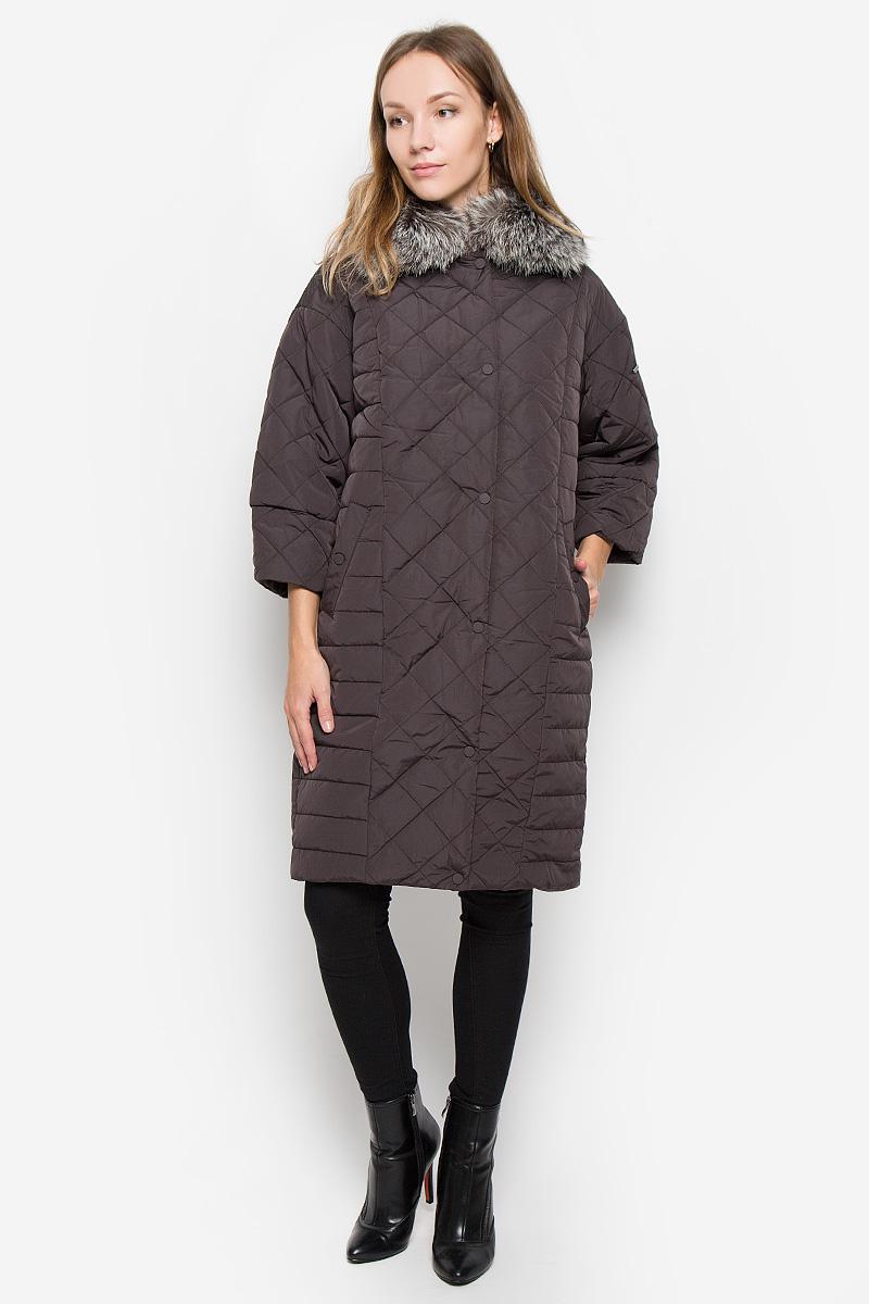 Пальто женское Baon, цвет: коричневый. B036552. Размер M (46)B036552_DARK CHOCOLATEЖенское пальто Baon с рукавами 3/4 и отложным воротником выполнено из полиамида. Наполнитель - полиэстер.Пальто застегивается на застежку-молнию спереди, имеется ветрозащитный клапан на кнопках. Воротник украшен натуральным мехом. Изделие дополнено двумя втачными карманами на кнопках спереди.