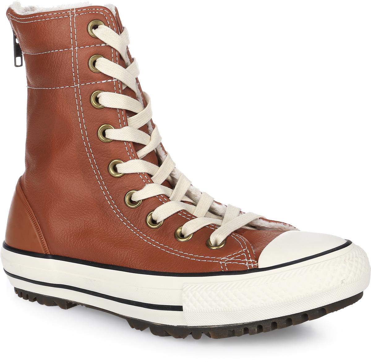 Кеды553390Кеды Converse выполнены из натуральной кожи и оформлены фирменной нашивкой. На ноге модель фиксируется с помощью шнурков и молнии, которая расположена на задней части. Задник дополнен резиновой накладкой для лучшей сохранности обуви. Внутренняя поверхность и стелька выполнены из искусственного меха, который обеспечит тепло и комфорт. Подошва изготовлена из высококачественной резины и дополнена протектором, который гарантирует отличное сцепление с любой поверхностью.