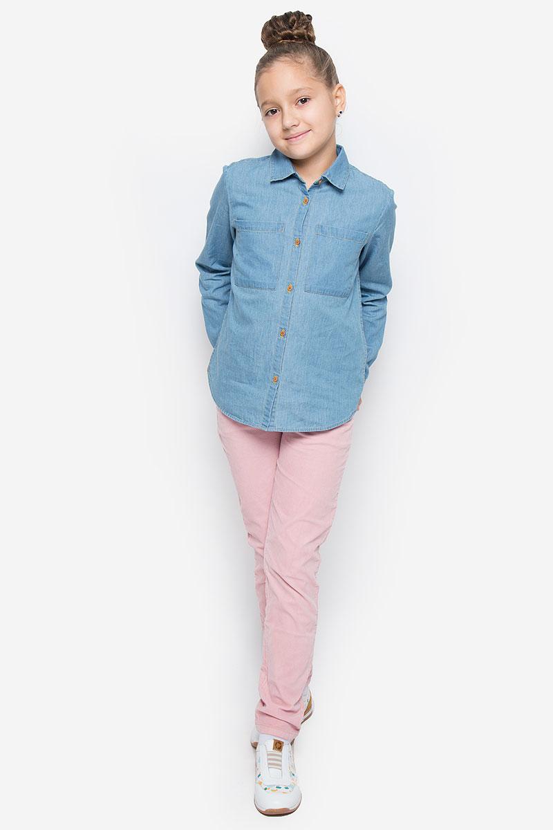 Рубашка для девочки Button Blue, цвет: голубой. 216BBGC2301D200. Размер 152, 12 лет216BBGC2301D200Стильная джинсовая рубашка Button Blue станет отличным дополнением к гардеробу вашей девочки. Модель, выполненная из натурального хлопка, необычайно мягкая и приятная на ощупь, не сковывает движения и позволяет коже дышать, не раздражает даже самую нежную и чувствительную кожу ребенка, обеспечивая наибольший комфорт. Рубашка классического кроя с длинными рукавами и отложным воротником застегивается на пуговицы по всей длине. На манжетах предусмотрены застежки-пуговицы. На груди расположены два накладных открытых кармана. Спинка немного удлинена. Оригинальный современный дизайн и актуальная расцветка делают эту рубашку модным и стильным предметом детского гардероба.