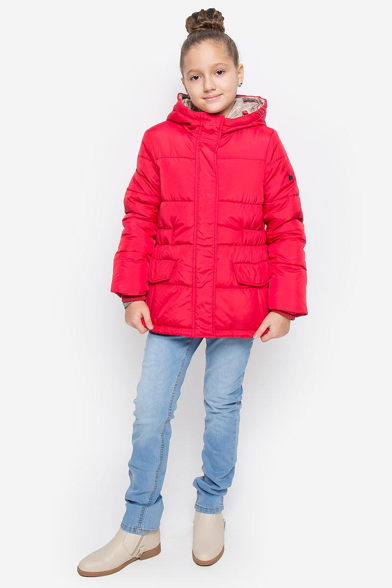 Куртка для девочки Button Blue, цвет: красный. 216BBGC41021600. Размер 158, 13 лет216BBGC41021600Куртка для девочки Button Blue c несъемным капюшоном и длинными рукавами выполнена из прочного полиэстера. Подкладка - мягкий флис. Наполнитель - искусственный пух. Модель застегивается на застежку-молнию спереди и имеет ветрозащитный клапан на кнопках. Объем капюшона регулируется при помощи шнурка-кулиски со стопперами. Изделие дополнено двумя втачными кармашками с клапанами на кнопках. Рукава оснащены внутренними трикотажными манжетами. Куртка оформлена стеганым узором.