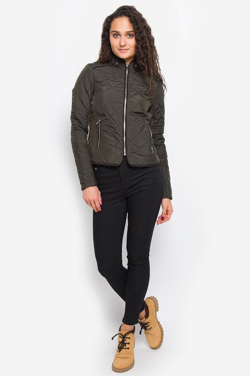 Куртка женская Vero Moda, цвет: темно-оливковый. 10159766. Размер L (46)10159766_PeatСтильная женская куртка Vero Moda выполнена из 100% полиэстера. Такая модель отлично подойдет для прохладной погоды.Куртка с воротником-стойкой и длинными рукавами застегивается на металлическую застежку-молнию. Спереди модель дополнена двумя прорезными карманами на молниях. Воротник украшен шлевками и хлястиками на застежках-кнопках. Куртка оформлена стеганным принтом и по рукаву дополнена эластичной трикотажной резинкой. Очень комфортная и стильная куртка будет прекрасным выбором для повседневной носки и подчеркнет вашу индивидуальность.