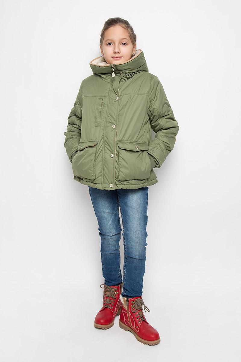 Куртка21606GKC4101Стильная куртка для девочки Gulliver Заколдованный лес изготовлена из полиэстера. Подкладка выполнена из искусственного меха. В качестве утеплителя используется полиэстер. Модель с несъемным капюшоном застегивается на молнию с внешней ветрозащитной планкой на кнопках. Объем капюшона регулируется. На рукавах предусмотрены трикотажные манжеты. На груди расположен прорезной карман на молнии. В нижней части изделие дополнено двумя накладными карманами с клапанами на кнопках. По низу куртки предусмотрен затягивающийся шнурок. Сзади имеется небольшой разрез. Модель украшена декоративными заплатками на локтях.
