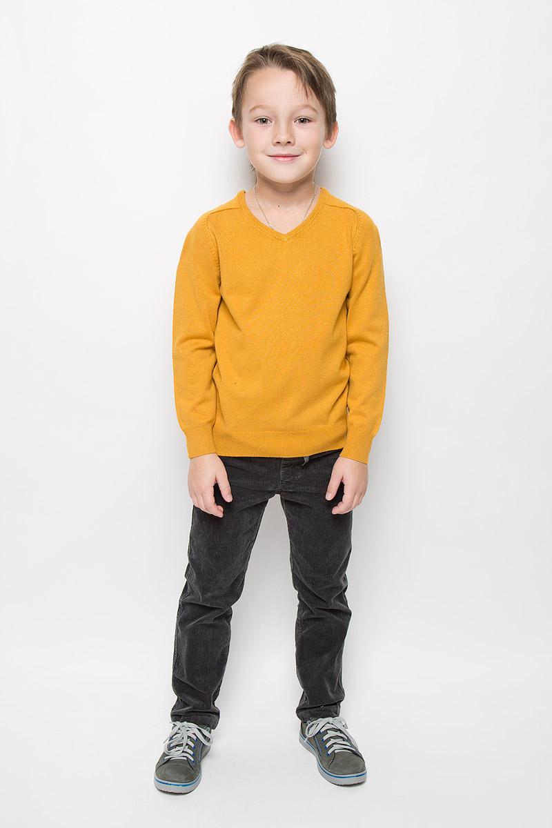 Пуловер216BBBC34010400Модный пуловер Button Blue, изготовленный из вискозы и нейлона, станет отличным дополнением к гардеробу вашего мальчика. Материал изделия приятный на ощупь, не сковывает движений и позволяет коже дышать, не раздражает даже самую нежную и чувствительную кожу ребенка, обеспечивая наибольший комфорт. Модель с V-образным вырезом горловины и длинными рукавами выполнена в лаконичном стиле. Горловина, манжеты рукавов и низ джемпера связаны резинкой.