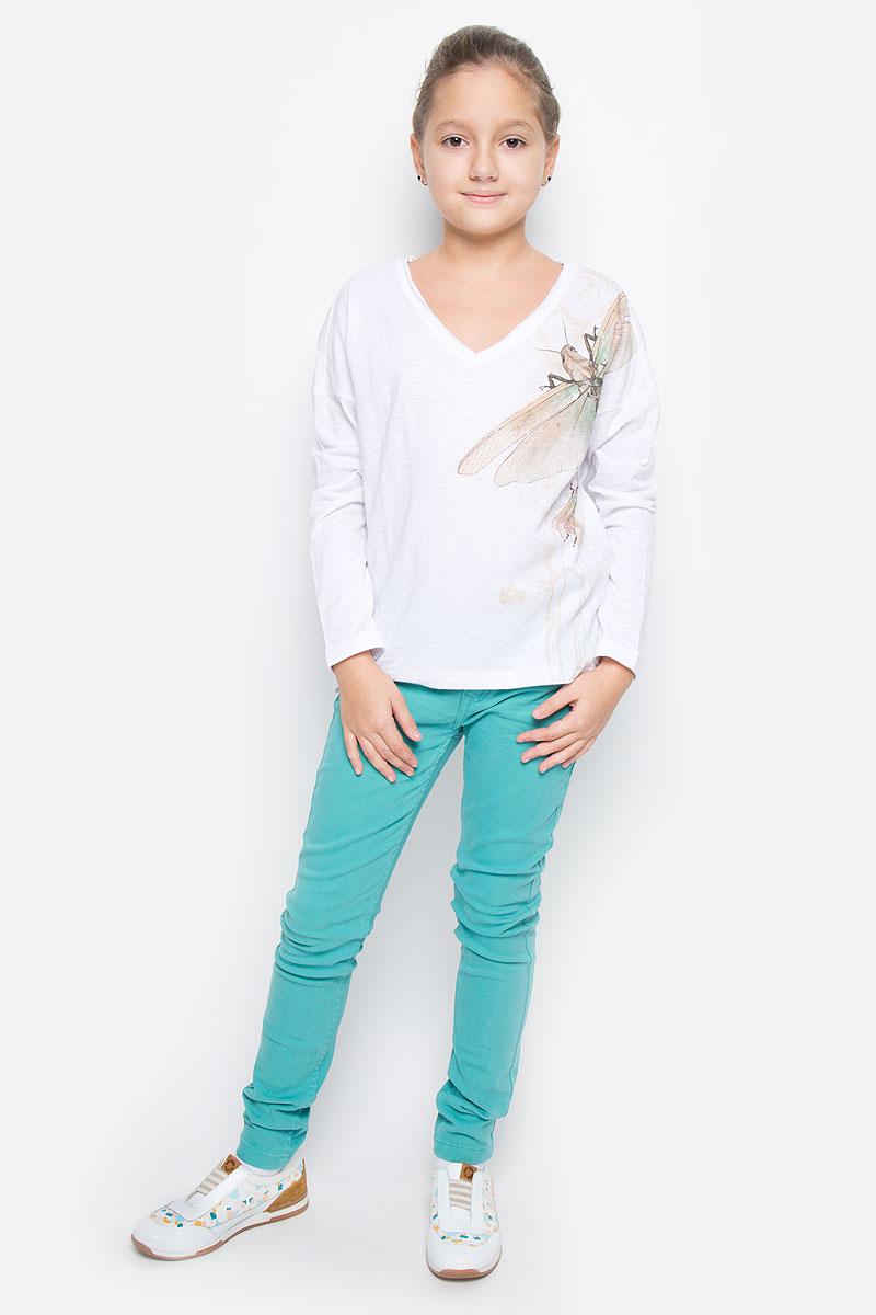 Лонгслив11609GTC1204Модная футболка с длинным рукавом для девочки Gulliver Цикада станет отличным дополнением к детскому гардеробу. Модель выполнена из натурального хлопка, очень мягкая и приятная на ощупь, не сковывает движения и позволяет коже дышать, обеспечивая наибольший комфорт. Футболка свободного кроя с V-образным вырезом горловины, спущенным плечом и длинными рукавами- кимоно оформлена оригинальным принтом и надписью. Вырез горловины дополнен трехслойной окантовкой с необработанными краями. Рукава имеют декоративные отвороты, спинка изделия удлинена. Сзади расположена небольшая нашивка с названием бренда. Дизайн и расцветка делают эту футболку стильным предметом детской одежды, она прекрасно дополнит любые шорты, брюки, юбку, создав отличный современный образ.
