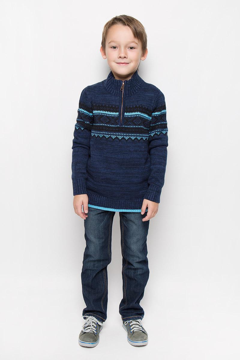 СвитерJR-814/265-6415Свитер для мальчика Sela выполнен из мягкого вязаного трикотажа. Свитер с воротником-стойкой и длинными рукавами застегивается на небольшую молнию. Воротник, манжеты и низ изделия связаны резинкой. Модель оформлена жаккардовым рисунком.