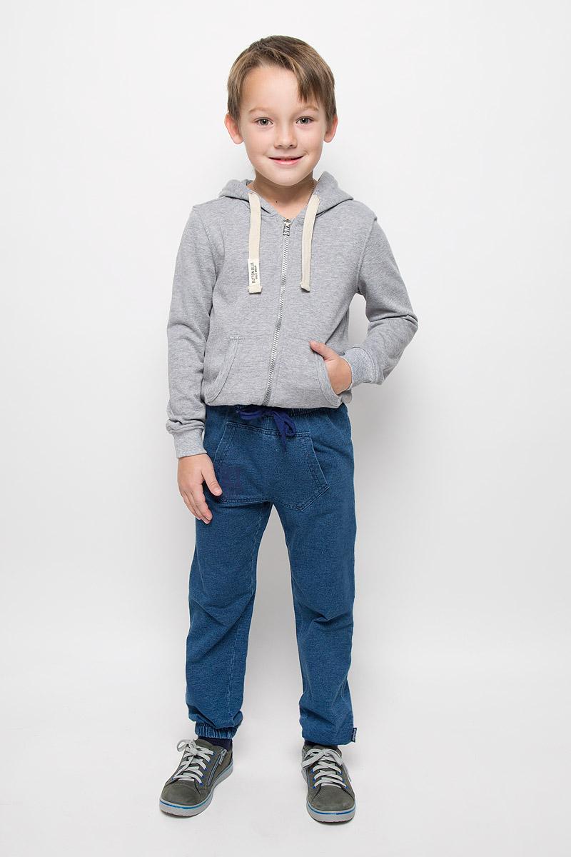 Брюки спортивные361161Стильные спортивные брюки для мальчика PlayToday выполнены из футера с имитацией джинсовой ткани. Модель имеет пояс на резинке, который дополнительно регулируется шнурком. Низ брючин собран на эластичные резинки. Спереди расположен карман-кенгуру. Изделие оформлено надписью.