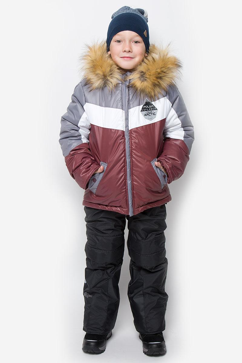 Комплект для мальчика Boom!: куртка, полукомбинезон, цвет: серый, бордовый, черный. 64361_BOB_вар.3. Размер 92, 1,5-2 года64361_BOB_вар.3Комплект для мальчика Boom! состоит из куртки и полукомбинезона. Комплект выполнен из водонепроницаемой и ветрозащитной ткани. Комбинированная подкладка, изготовленная из полиэстера и вискозы, содержит мягкие флисовые и гладкие вставки. В качестве утеплителя используется легкий гипоаллергенный материал - эко-синтепон. Изделие легко стирается, быстро сушится, приятно носится. Куртка с несъемным капюшоном застегивается на пластиковую молнию с защитой подбородка и двумя ветрозащитными планками. Подкладка курточки (кроме рукавов) выполнена из мягкого теплого флиса. Капюшон декорирован съемной опушкой из искусственного меха. На рукавах имеются трикотажные манжеты. По краю куртки предусмотрена скрытая резинка со стопперами. Спереди расположены два втачных кармана с клапанами на кнопках. Модель оформлена крупным принтом на спинке, украшена на груди нашивкой.Полукомбинезон застегивается на пластиковую молнию с ветрозащитной планкой. Изделие дополнено съемными эластичными наплечными лямками, регулируемыми по длине. На талии полукомбинезона предусмотрена широкая эластичная резинка. Спереди расположены два втачных кармана. Снизу брючин имеются эластичные манжеты с прорезиненными полосками. Изделие дополнено износостойкими вставками.Комплект оснащен светоотражающими элементами для безопасности ребенка в темное время суток.Температурный режим до -30°С.