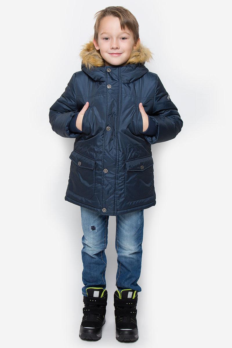 Куртка216BBBC45011006Модная куртка Button Blue согреет вашего мальчика в прохладную погоду. Модель выполнена из 100% полиэстера. В качестве утеплителя используется искусственный пух - 100% полиэстер. Модель с несъемным капюшоном, оформленным съемным искусственным мехом, застегивается на пластиковую застежку-молнию и дополнительно на ветрозащитный клапан с кнопками. Спереди куртка дополнена двумя накладными карманами с клапанами на кнопках, на груди - двумя прорезными карманами. Манжеты рукавов дополнены трикотажными резинками. С внутренней стороны на талии и на нижней части модели предусмотрены эластичные шнурки со стопперами.