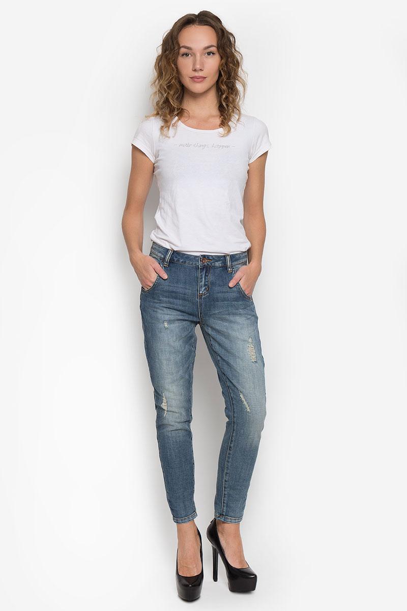 Джинсы10190_538Стильные женские джинсы Broadway созданы специально для того, чтобы подчеркивать достоинства вашей фигуры. Модель со стандартной посадкой станет отличным дополнением к вашему современному образу. Джинсы-бойфренды застегиваются на металлическую пуговицу, имеют ширинку и шлевки для ремня. Спереди модель дополнена двумя втачными карманами и небольшим секретным кармашком, а сзади - двумя накладными карманами. Джинсы оформлены эффектом потертости, перманентными складками. Эти модные и в тоже время комфортные джинсы послужат отличным дополнением к вашему гардеробу.