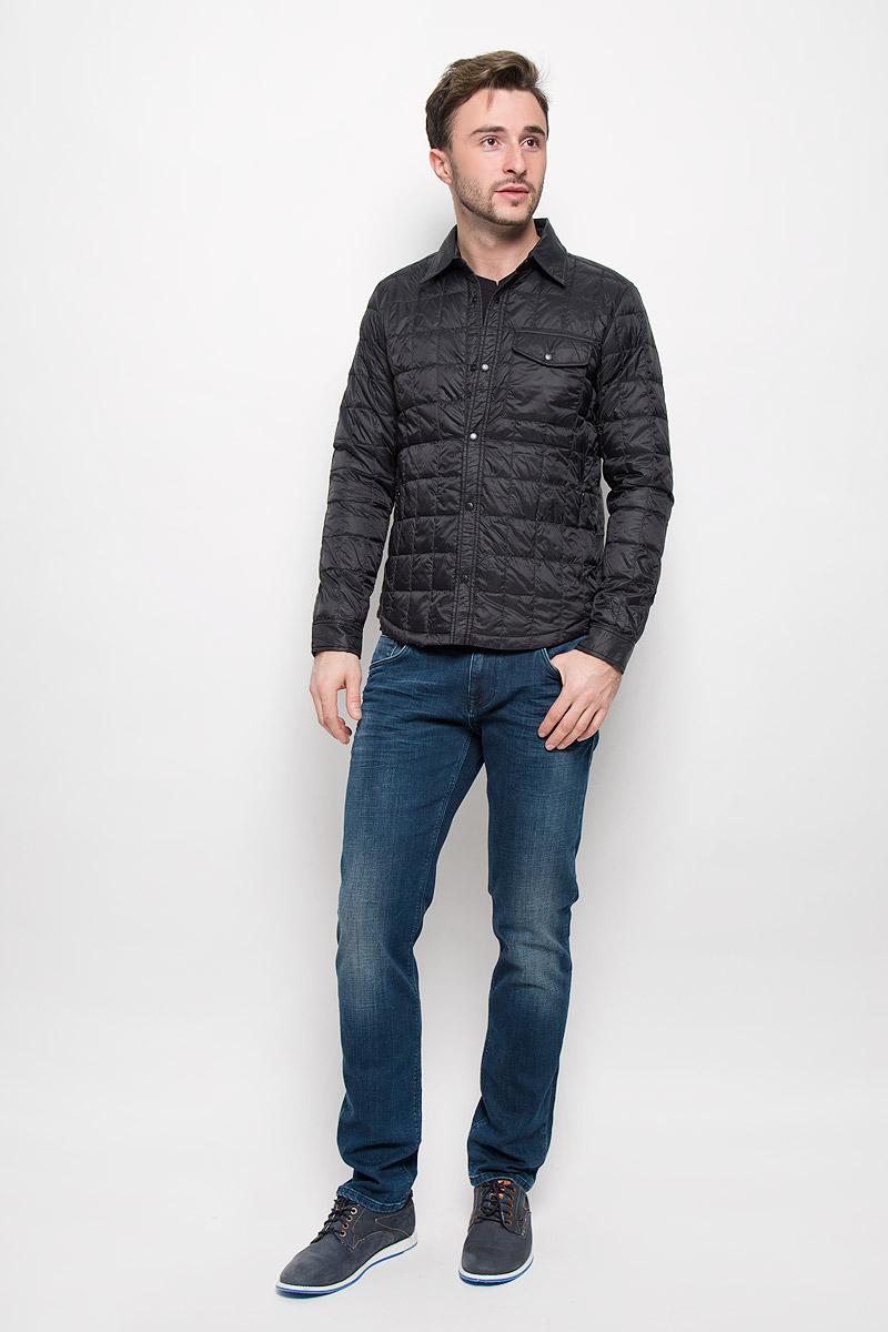 КурткаMX3024692_MN_JCK_008_001Мужская стеганая куртка выполнена из полиамида с утеплителем их пуха и пера. Модель с отложным воротником застегивается кнопки. Спереди куртка дополнена двумя прорезными карманами, на груди одним накладным карманом с клапаном на кнопке и двумя карманами с внутренней стороны.
