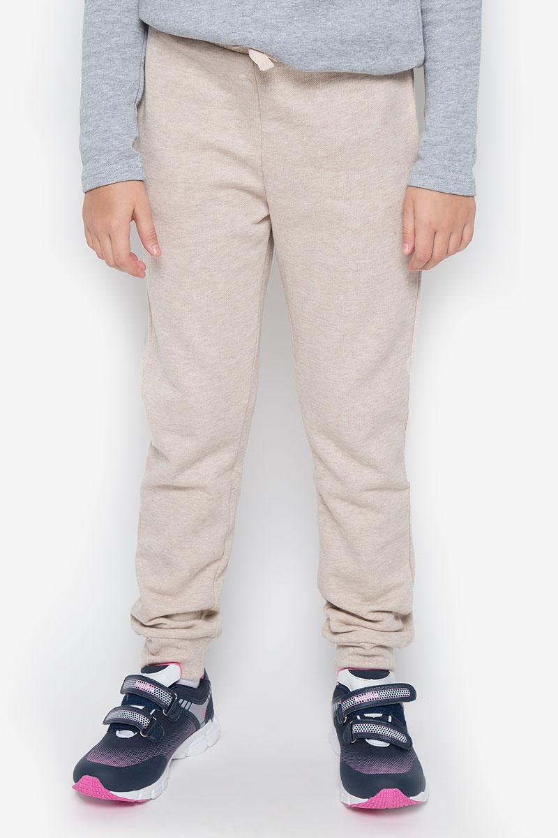 Брюки216BBUC56010800Стильные спортивные брюки Button Blue станут отличным дополнением к гардеробу вашего ребенка. Изготовленные из хлопка и полиэстера, они мягкие и приятные на ощупь, не сковывают движения ребенка и позволяют коже дышать, обеспечивая наибольший комфорт. Брюки на талии имеют широкую эластичную резинку со шнурком. По бокам расположены два втачных кармана. Нижняя часть штанин дополнена трикотажными резинками. В таких брюках ваш ребенок будет чувствовать себя уютно и комфортно.
