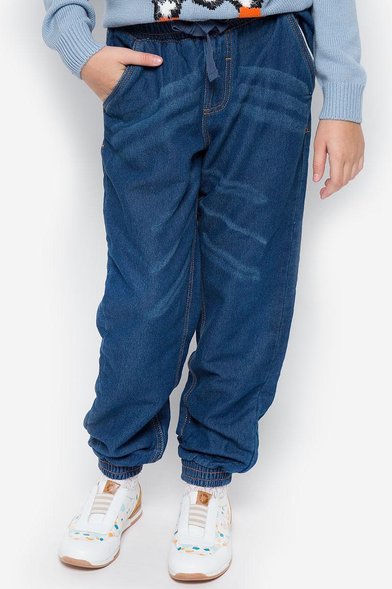 Брюки детские Button Blue, цвет: темно-синий. 216BBUC5602D200. Размер 98, 3 года216BBUC5602D200Трикотажные детские брюки Button Blue - образец комфорта, уюта и свободы движений. И для отдыха, и для активного время препровождения, эти брюки прямого кроя с резинкой внизу гарантируют удобство и отличный внешний вид. Особое переплетение и метод крашения трикотажного полотна полностью имитирует джинсовую ткань, что делает брюки еще более стильными и универсальными в повседневной носке.Модель оформлена двумя втачными карманами спереди и двумя накладными карманами сзади. Эластичная резинка на талии дополнена шнурком. Модель оформлена перманентными складками. Такие брюки послужат отличным дополнением к детскому гардеробу!